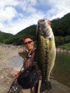 村上晴彦、issei始動。愛媛県の渓流バスを相手に、新作ワームのシェイクダウン。